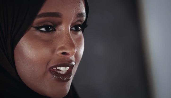 Muslimsk kvinna i hijab chef över urvalet avkvotflyktingar